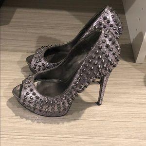 Spikey Silver glitter peep toe pumps 👀